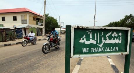 Un panneau («Nous remercions Allah») sur une route dans la région de Borno, au Nigeria, le 29 juin 2011. REUTERS/Afolabi Sotunde