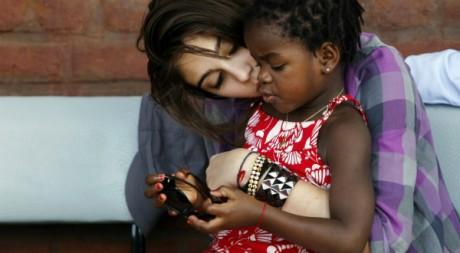 La fille de Madonna joue avec sa sœur adoptive, dans son village natal, au Malawi, le 5 avril 2010. REUTERS/Mike Hutchings