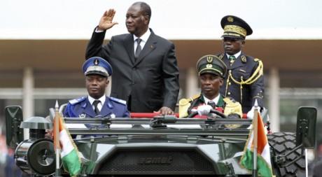 Alassane Ouattara avec le nouveau chef des armées Bakayoko, 51 anniversaire de l'indépendance, 7 août 2011. REUTERS/Luc Gnago
