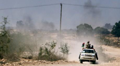 Des combattants anti-Kadhafi à Herawa, 52 km à l'est de Syrte, le 18 septembre 2011. REUTERS/Asmaa Waguih