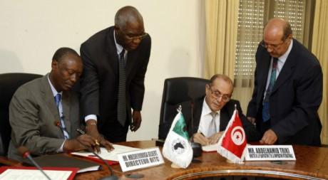 Le directeur de l'African Development Bank et le ministre tunisien Triki, à Tunis, le 19 septembre 2011. REUTERS/Zoubeir Souissi