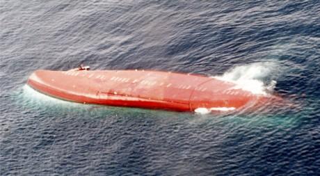 Le Joola, retourné au large de la Gambie, le 28 septembre 2002. REUTERS/STR New