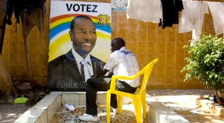 Un homme lave ses mains dans le Q.G d'alpha Condé, Conakry, décembre 2010. REUTERS/STR New