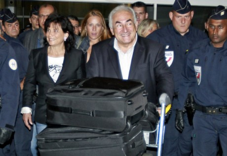 Le retour de Dominique Strauss-Kahn et son épouse Anne Sinclair à Paris, 4 septembre 2011. REUTERS/Eric Gaillard.