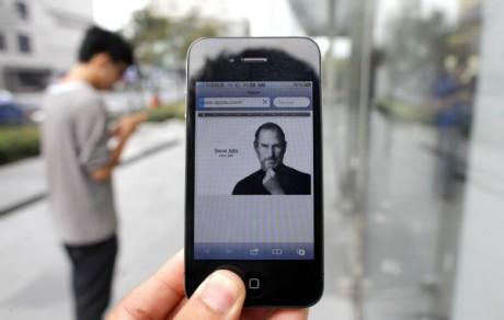 Un hommage à Steve Jobs sur iPhone. REUTERS/Carlos Barria.