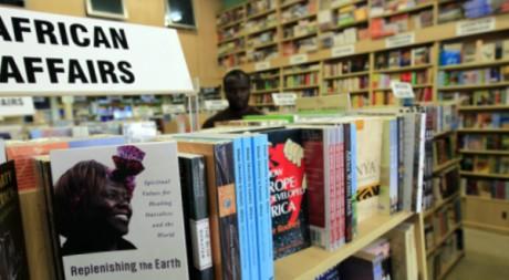 Des ouvrages exposés dans une librairie kényane. © Thomas Mukoya / Reuters
