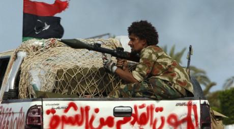 Un combattant anti-Kadhafi à Syrte le 9 octobre. Reuters/Saad Shalash