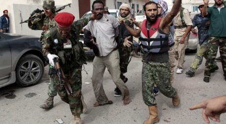 L'arrestation d'un combattant pro Kadhafi à Syrte, le 13 octobre 2011. REUTERS/Thaier Al-Sudani
