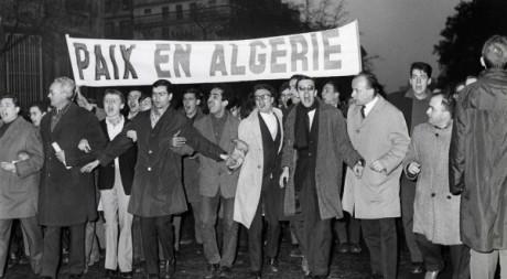 Des manifestants demandent l'indépendance de l'Algérie. AFP