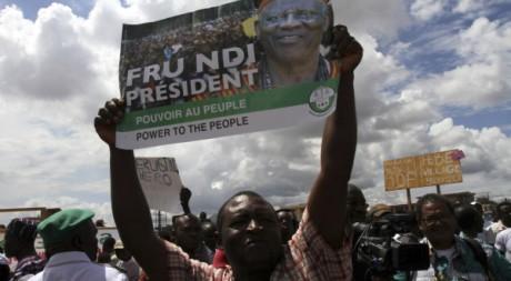 Des militants de Fru Ndi, principal opposant de Paul Biya, Yaoundé, octobre 2011. © Akintunde Akinleye/REUTERS