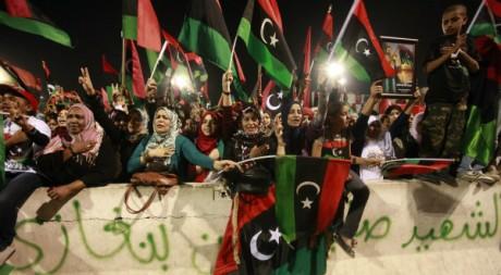 Une foule sur la place des martyrs célèbre la mort de Kadhafi, Tripoli, le 20 octobre 2011. REUTERS/Suhaib Salem