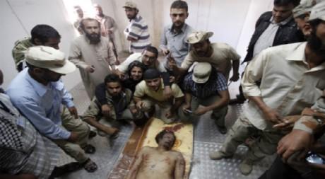 Le corps de Kadhafi entouré de révolutionnaires, dans une chambre froide de Misrata, 20 octobre 20011. REUTERS/Saad Shalash