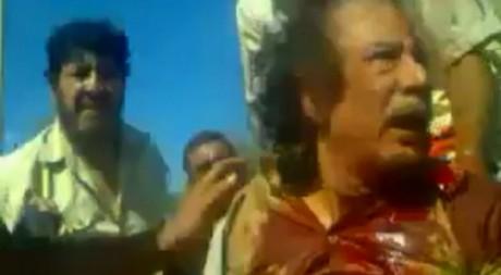 Mouammar Kadhafi couvert de sang, peu avant sa mort, 20 octobre 2011 (images amateur) © Reuters TV/Reuters