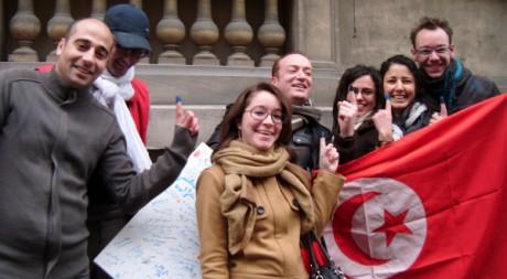 Ces Tunisiens arborent fièrement leur index trempé dans l'encre bleu, signe qu'ils ont bien voté. Fanny Roux
