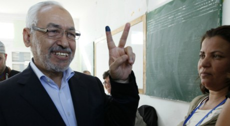 Le chef d'Ennahda Rached Ghannouchi affiche son optimisme après avoir voté en Tunisie le 23 octobre, REUTERS/Jamal Saidi