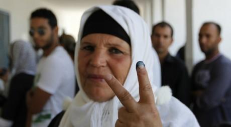 Manoubia Bouazizi fait le geste de la victoire après avoir voté. Reuters/Jamal Saidi