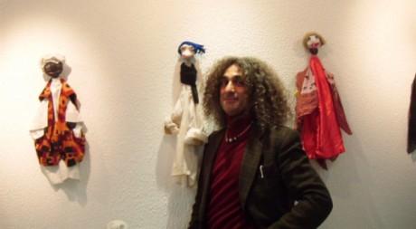 Hicham Gad au côté de ses marionnettes. Nadéra Bouazza/DR