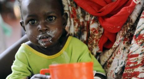 Un petit garçon en train de manger, au Kenya. REUTERS/Jonathan Ernst.