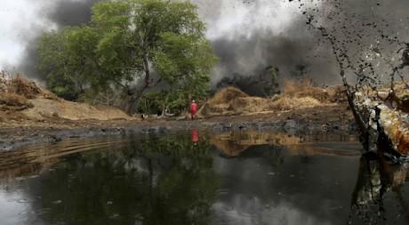 Un homme au milieu d'une fuite de pétrole à Dadabili, dans l'ouest du Nigéria, 2011. REUTERS/Afolabi Sotunde