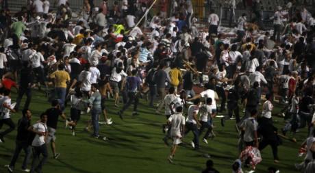 Furieux de voir leur club éliminé, des supporters de Zamalek envahissent  le stade du Caire. 3 avril 2011.  REUTERS/Amr Dalsh