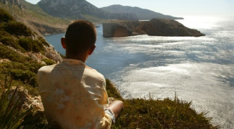 Un jeune marocain au bord de la Méditerrannée.  REUTERS/Andrea Comas