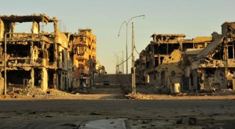 Vue sur une rue en ruine à Syrte, Libye, 21 octobre 2011. REUTERS/Esam Al-Fetori.