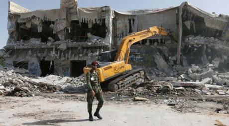 Un soldat devant une maison de Kadhafi à Tripoli, le 30 octobre 2011. REUTERS/Ismail Zetouni