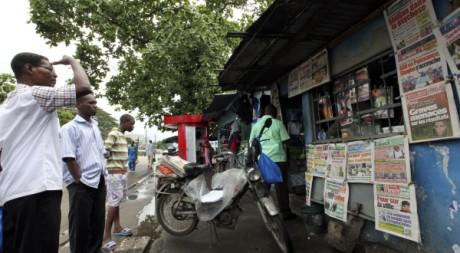 kiosque à journaux à Abidjan, le 2 novembre 2010. REUTERS/Luc Gnago