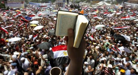 Un Egyptien brandit un Coran, lors d'un rassemblement sur la place Tahrir au Caire, juillet 2011, REUTERS/Mohamed Abd El-Ghany