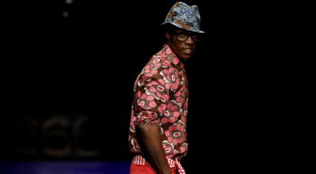 Un mannequin lors d'un défilé de mode à Johannesburg, Afrique du Sud, le 25 septembre 2011. REUTERS/Siphiwe Sibeko