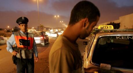 Un chauffeur de taxi contrôlé à la frontière algéro-marocaine en 2007. AFP/ABDELHAK SENNA