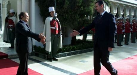 Le président Abdelaziz Bouteflika accueille Bachar el- Assad le 29 décembre 2002. Reuters