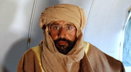 Le fils de Kadhafi, Seïf al-Islam dans l'avion le menant à Zintan le 19 novembre 2011. REUTERS/Ismail Zitouny