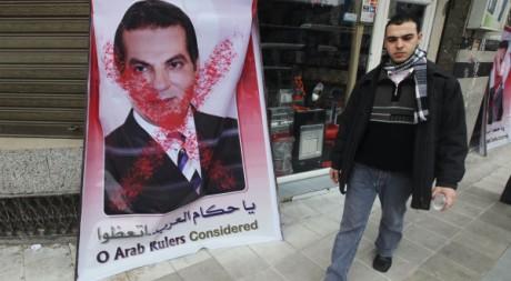 Un palestinien passe devant un poster de Ben Ali à Gaza, le 16 janvier 2011.
