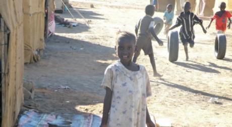 Des enfants jouent dans le quartier pauvre de Mayo au sud de Karthoum où vivent de nombreux sud-soudanais. ©Maryline Dumas.