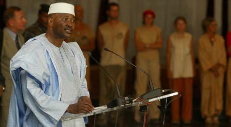Le président malien Amadou Toumani Touré durant une cérémonie pour la libération d'otages, Bamako, 2003. Reuters / Yves Herman.