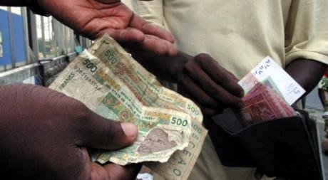 Echange de francs CFA à Abidjan. REUTERS/Thierry Gouegnon