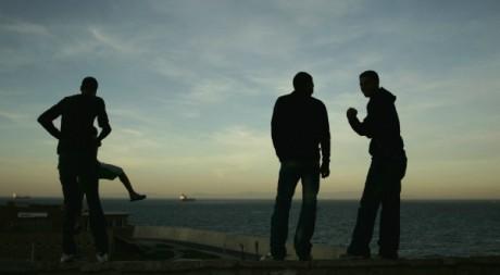 Près du port de Tanger, des Marocains regardent le détroit de Gibraltar au loin. Reuters/Rafael Marchante.