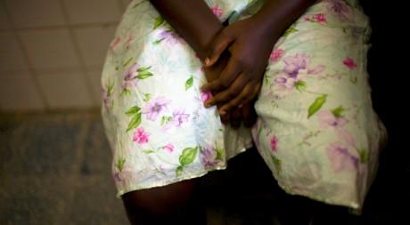 Une jeune femme violée au Libéria attend de recevoir un traitement médical. AFP/Glenna Gordon