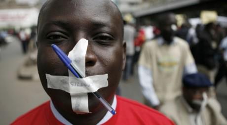 Un journaliste manifeste à Nairobi le 15 aoüt 2007. REUTERS/ Radu Sigheti