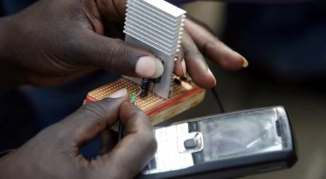 Un étudiant kenyan à l'université de Nairobi recharge son mobile grâce l'énergie générée par un vélo. Reuters/Thomas Mukoya.