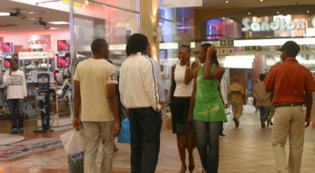 Des clients d'une centre commercial de Johannesburg. © REUTERS/Stringer
