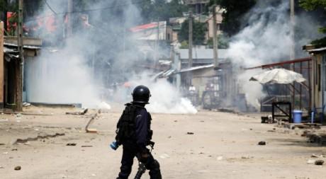 La police anti-émeute pourchasse les opposants, le 10 décembre. REUTERS/Stringer