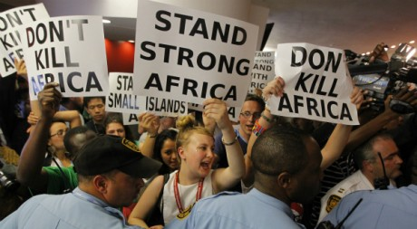 Activistes écologistes en soutien à l'Afrique, à Durban, Afrique du Sud, 9 décembre 2011. REUTERS/Mike Hutching.