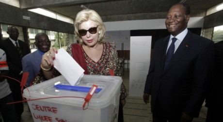 Alassane Ouattara et son épouse votent le 11 décembre 2011. REUTERS/Thierry Gouegnon /