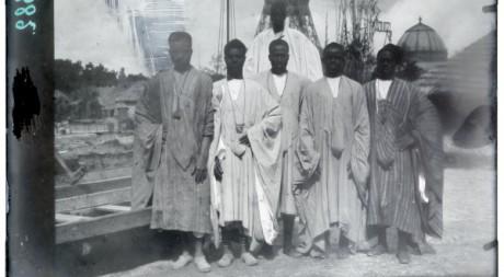 Groupe de Sénégalais à Paris. Négatif sur verre de 1895. © musée du quai Branly
