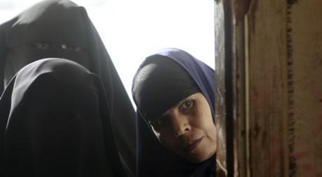 Trois femmes entrent dans un bureau de vote pour les élections législatives en Egypte  le 14 décembre 2011. Reuters/Amr Dalsh