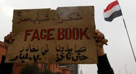 Une pancarte  brandie sur la place Tahrir au Caire, 7 février 2011. REUTERS/Yannis Behrakis.