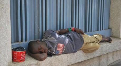 Un jeune Sénégalais dort dans la rue le 16 avril 2010. AFP/Moussa Sow