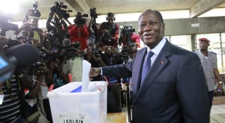 Alassane Ouattara vote le 11 décembre 2011 à Abidjan. REUTERS/Thierry Gouegnon /